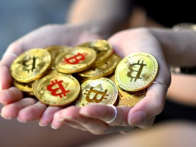 Hands Holding Bitcoin Gold Btc  - photographersupreme / Pixabay